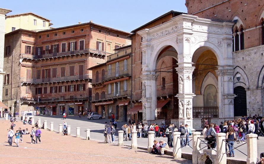 На площади около ратуши.