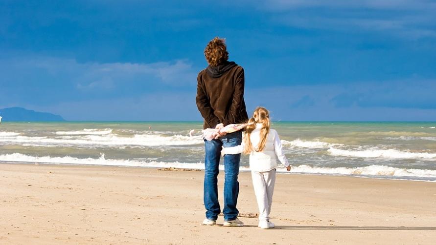 Папа и дочка на пляже