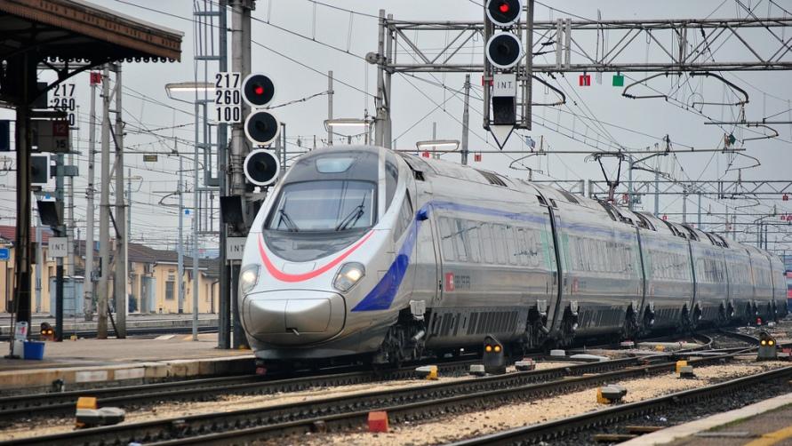 Поезд едет к вокзалу