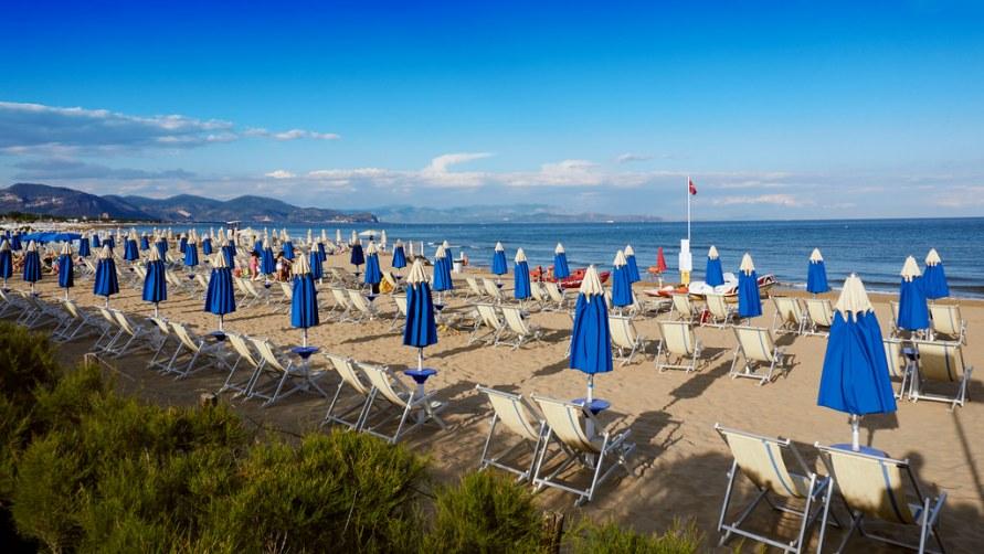 Пляж с зонтиками