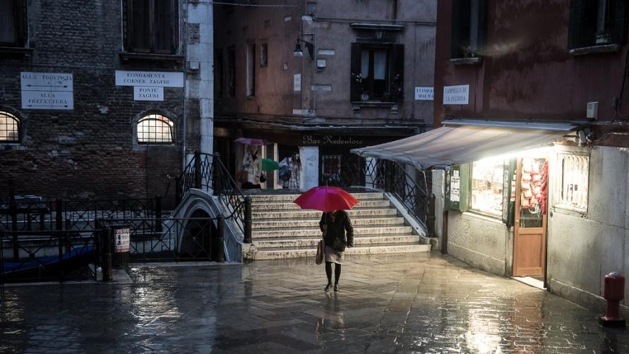 Женщина под красным зонтиком