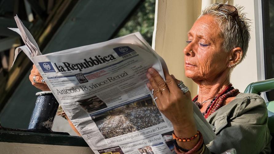 Дама в газетой