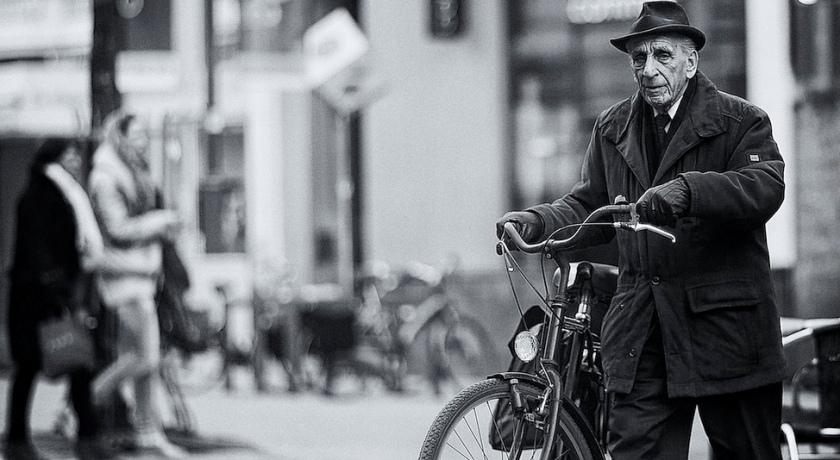Дедушка с велосипедом