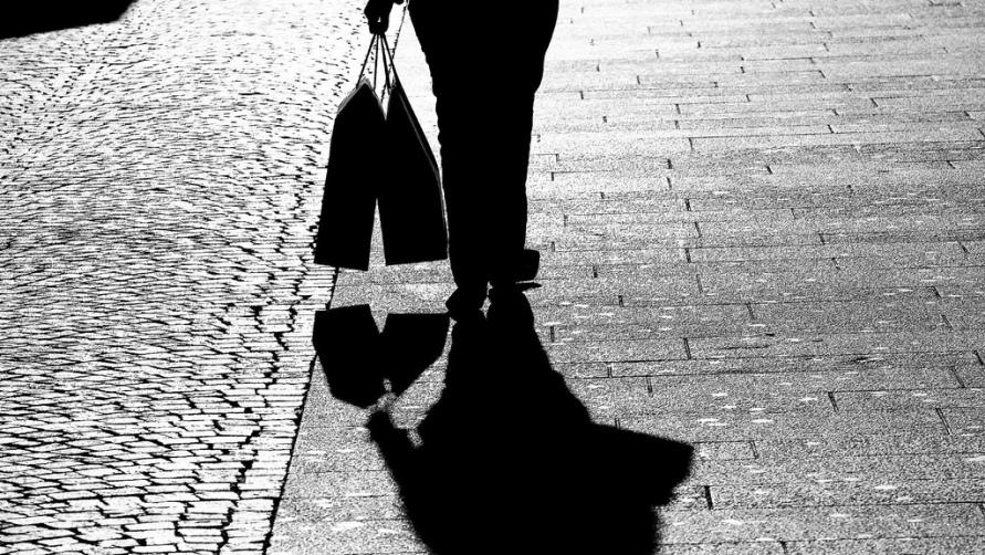Женщина с пакетами