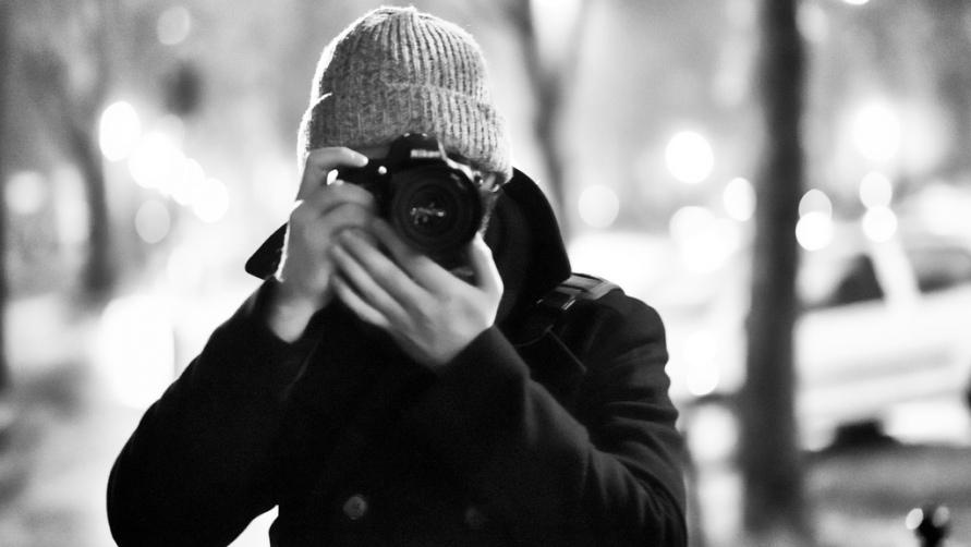 Молодой человек фотографирует