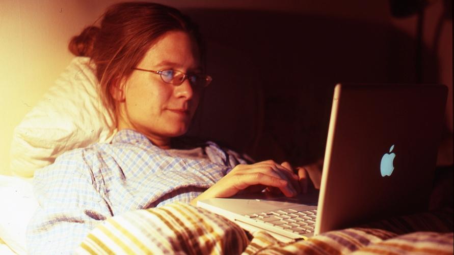 Девушка с ноутбуком.