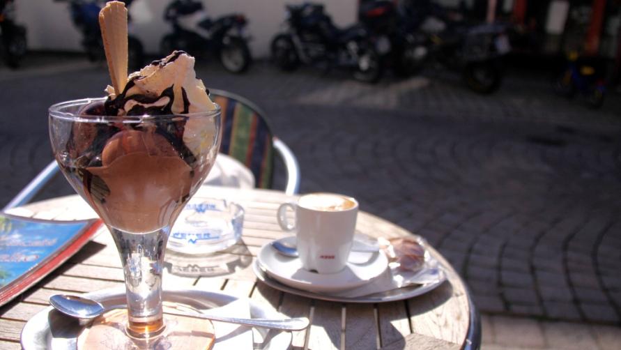 Мороженое в итальянском кафе.