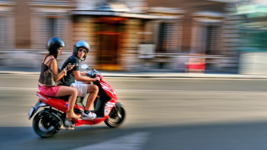 Люди на скутере