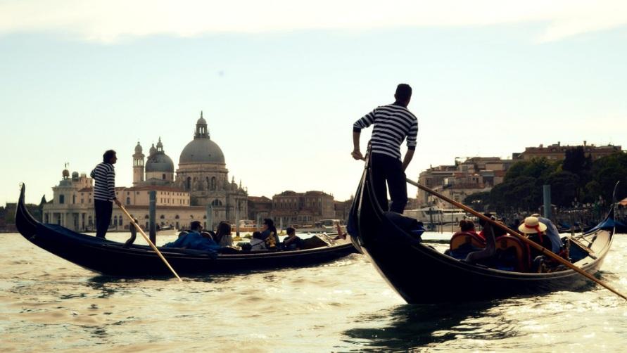 Гондольеры в Венеции.