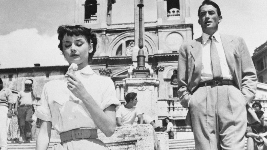 Одри Хепберн есть мороженое.
