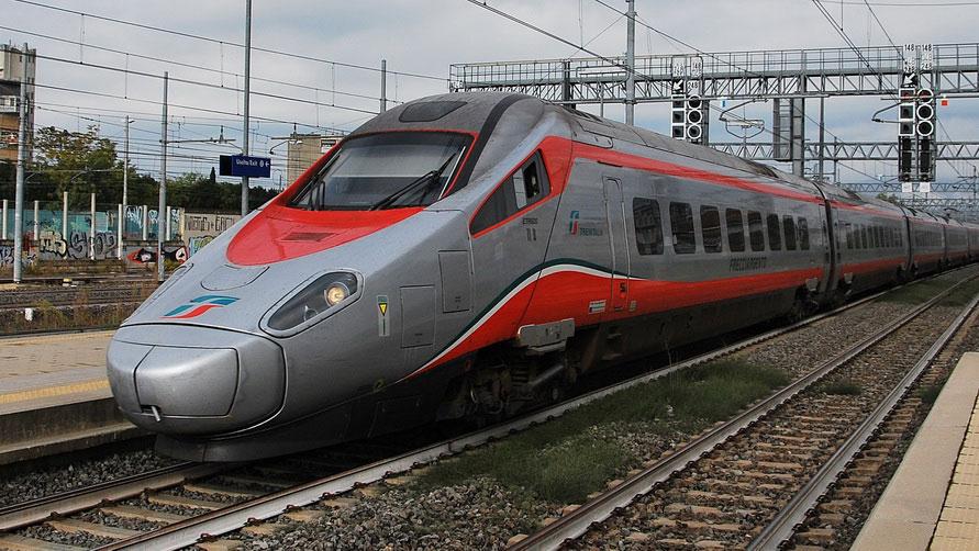 Скоростной поезд Trenitalia Frecciargento.