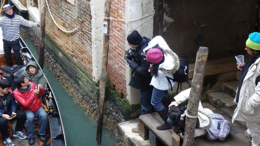 Туристы в гондоле.