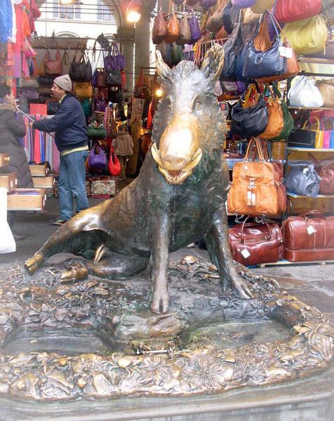 Статуя кабана в Риме.