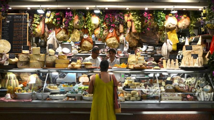 Дегустация сыра на рынке.