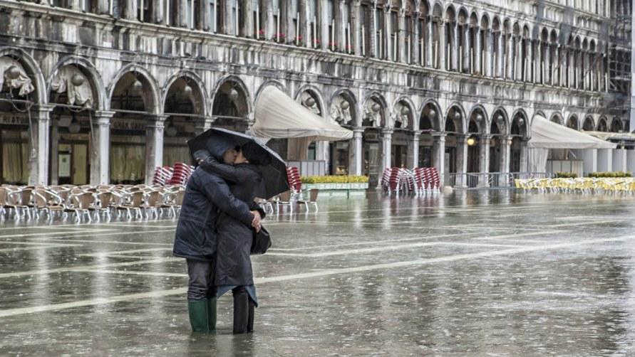 Влюблённые под дождём.